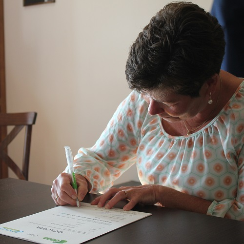 Liesbeth tekent haar diploma levensmiddelentechnologie